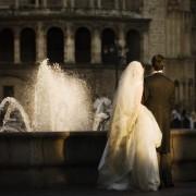 Idea de fotografia para bodas: Frente a una fuente. Un marco perfecto para una fotografía de los novios.