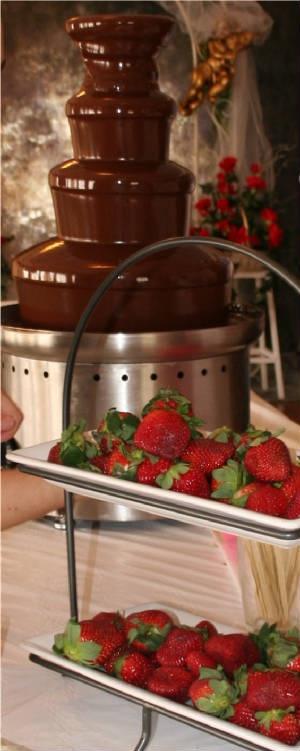 Clasicas fuentes de chocolate con fresas. Fuentes De Chocolate Para Tu Boda Inolvidables