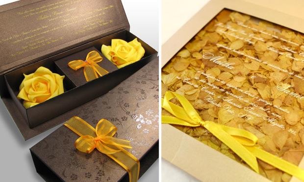 Invitacion de boda con petalos de flores naturales en amarillo