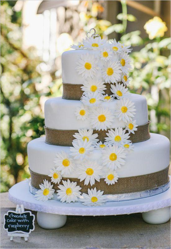 Pastel blanco con yute azul marino. La cascada de margaritas es ideal para una boda al aire libre. Kimberly Carlson Photography & Lori Kearney Photography