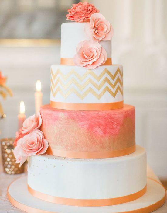 Pastel de bodas con chevron metalizado y flores naturales en coral | 25 Imágenes de Pasteles de Boda Originales e Irresistibles