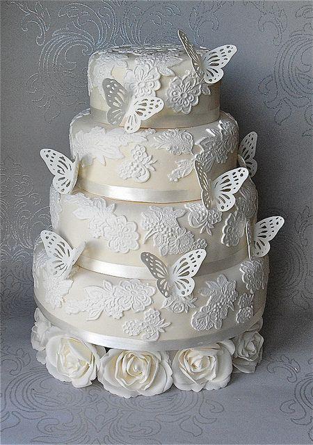 Pastel de bodas con mariposas y flores inundando tu boda -Diseño: Sugar Ruffles | 25 Imágenes de Pasteles de Boda Originales e Irresistibles