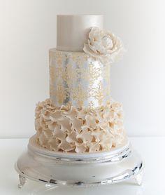 Pasteles metalizados para bodas en tonos neutrales y plateado