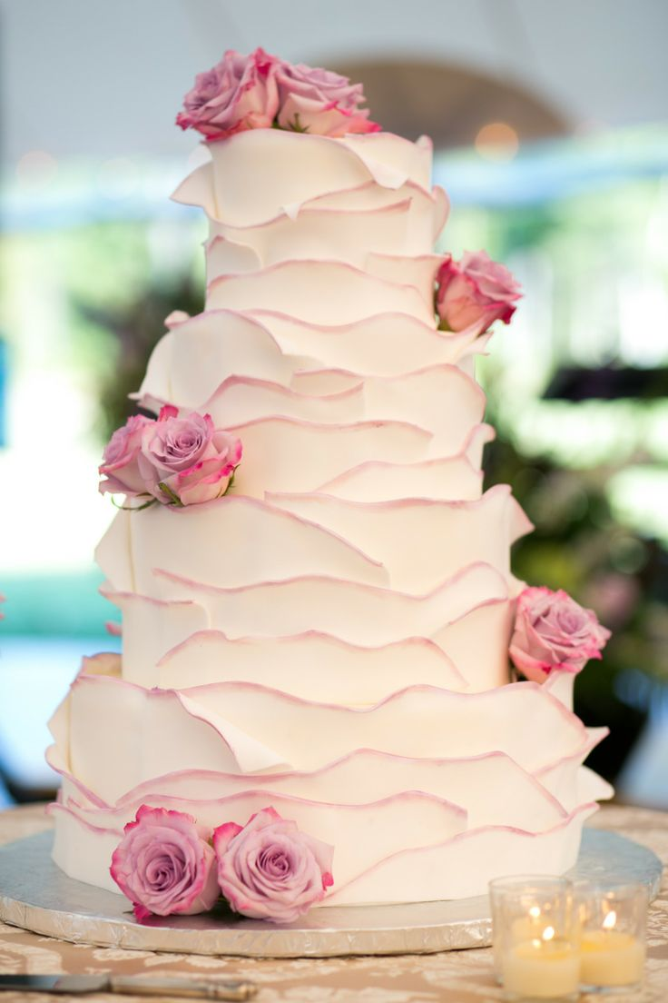 Elaboradas capas de pétalos deliciosos. Una obra de los maestros pasteleros de Delicately Delicious | 25 Imágenes de Pasteles de Boda Originales e Irresistibles