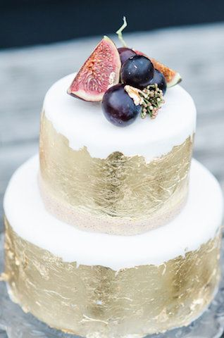 Los frutos frescos de la temporada: blanco ciruela y dorado pastel para boda rustica | 25 Imágenes de Pasteles de Boda Originales e Irresistibles
