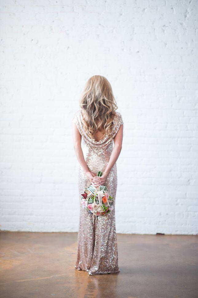 Vestido de novia blanco con lentejuelas doradas