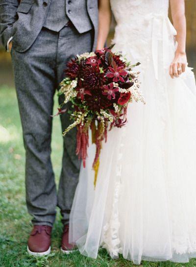 Pequeños detalles pero mucha elegancia. Boda en color marsala ramo de novia y zapatos del novio.