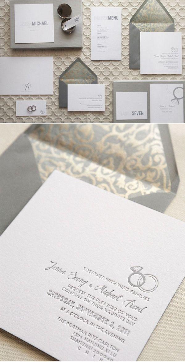 invitaciones de boda en blanco, gris y dorado con sobre con forro impreso. ¡Sigue estos 10 tips para elegir invitaciones de boda perfectas!
