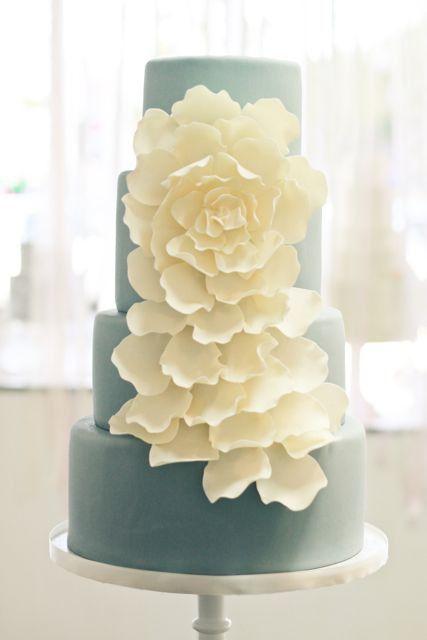 Contrastante azul y blanco en esta tarta de boda