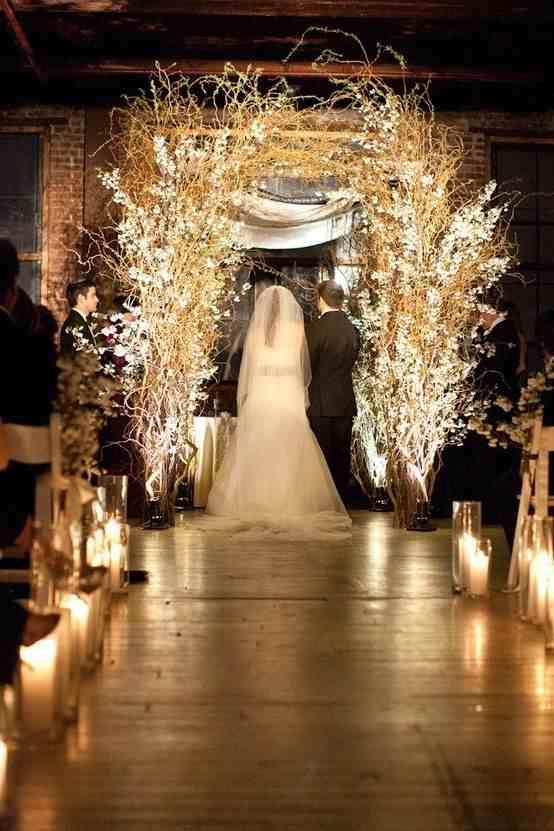 Decoración de boda en blanco y dorado para la ceremonia religiosa Guau!