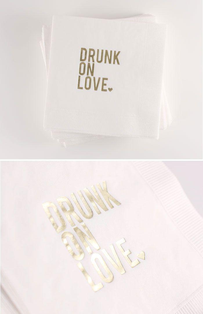 Decoración de bodas en blanco y dorado en las servilletas