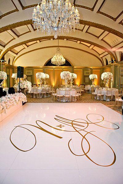 Decoración de salon de bodas en blanco y dorado