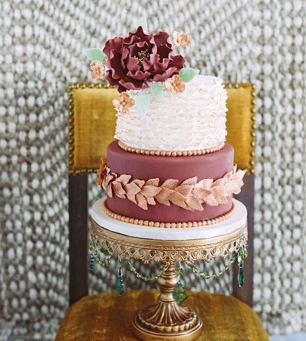 Delicioso pastel de bodas en marsala y verde menta
