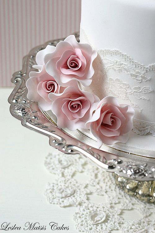 Rosas delicadas para tartas de boda elegantes - diseño de Leslea Matsis Cakes
