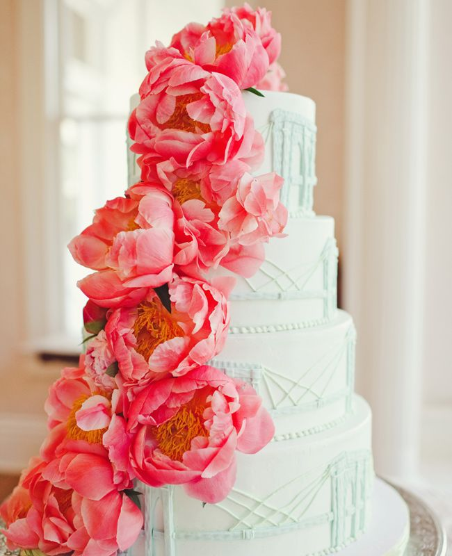 Fotos de pasteles de boda con flores en cascada | Fotografía The Nichols Photography