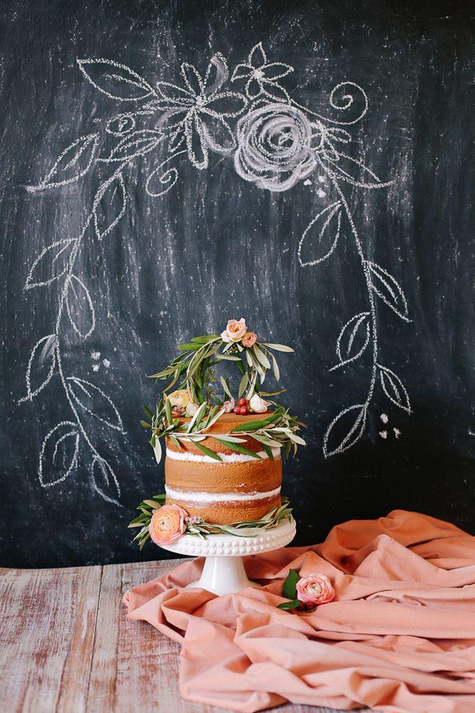 Pastel de bodas romántico en color melocotón (durazno) y ciruela perfecto para una boda en otoño. Annabella Charles Photography, Everbloom Designs, Haute Horticulture Flowers, Flour Garden Cakes. Fotos de pasteles de boda espectaculares
