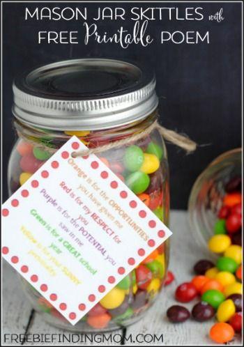 Toma frascos, llénalos con Skittles, agrega tu frase favorita y recuerdos para boda simples y simpáticos
