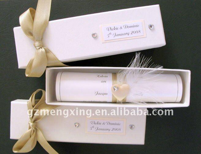 Invitaciones de cajita con lazos, plumas y pergaminos resultan muy elegantes y fáciles de hacer en casa.