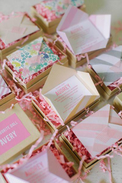 Algunos colores pastel y patrones divertidos añaden personalidad a nuestras invitaciones divertidas de cajita.