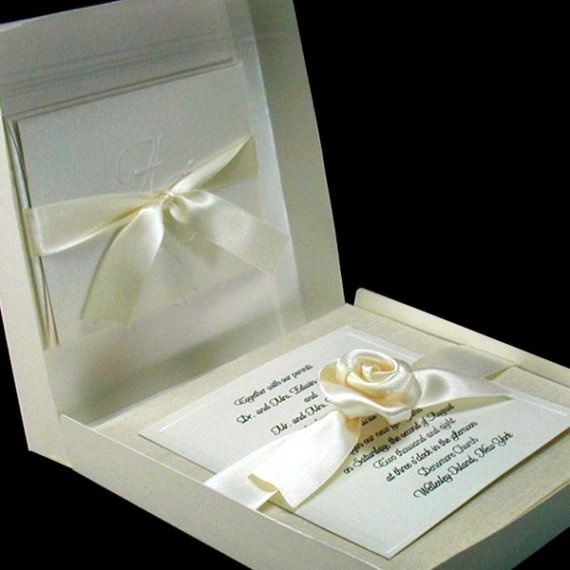 Invitaciones de boda elegantes en colores blanco y crema.