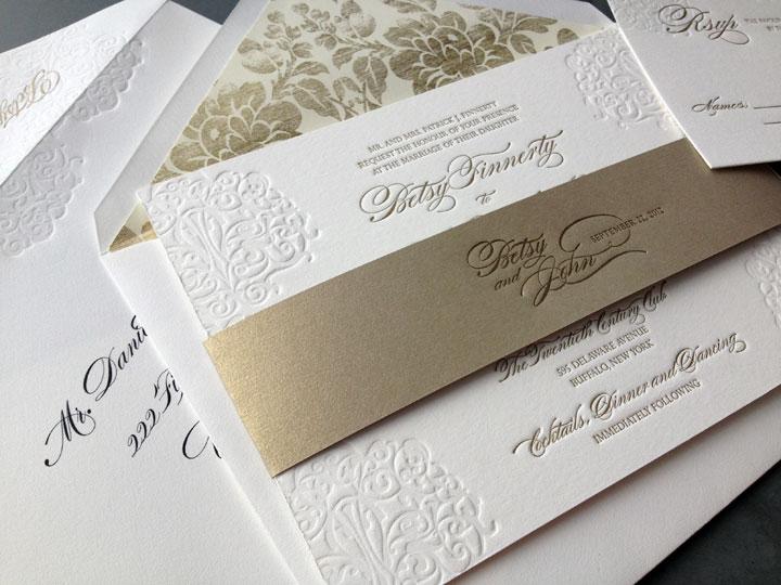 Lazo en dorado estampadas en bajo relieve - 10 Tips para elegir las invitaciones de boda perfectas