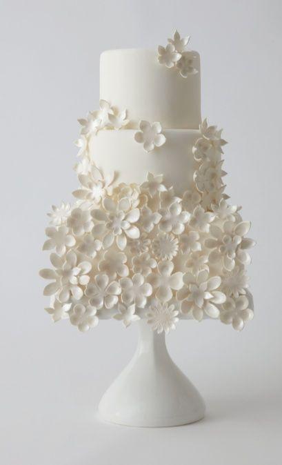 Flores naif con base moderna para un pastel de boda delicado en blanco con detalles blancos