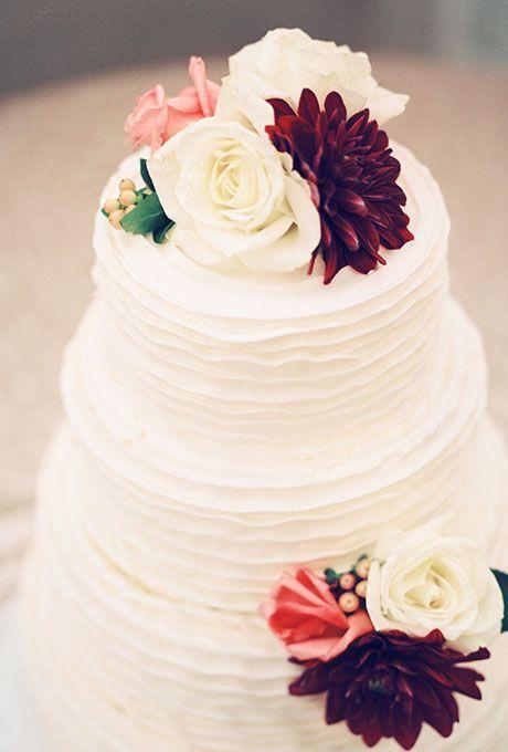 Los pasteles de boda forman parteimportanteen la decoración en color marsala (Fotografía Marcie Meredith)