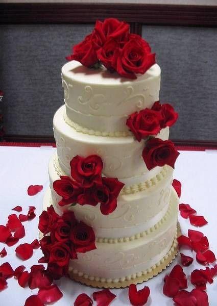El sensual rojo está presente en este pastel de bodas sencillo con petalos de rosas rojas | 25 Imágenes de Pasteles de Boda Originales e Irresistibles