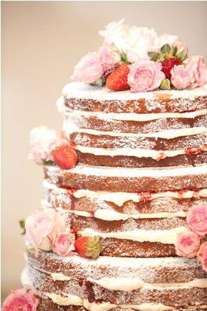 Pastel desnudo o naked cake. Capas de frutos y cremas dan la sensación de frescura | 25 Imágenes de Pasteles de Boda Originales e Irresistibles
