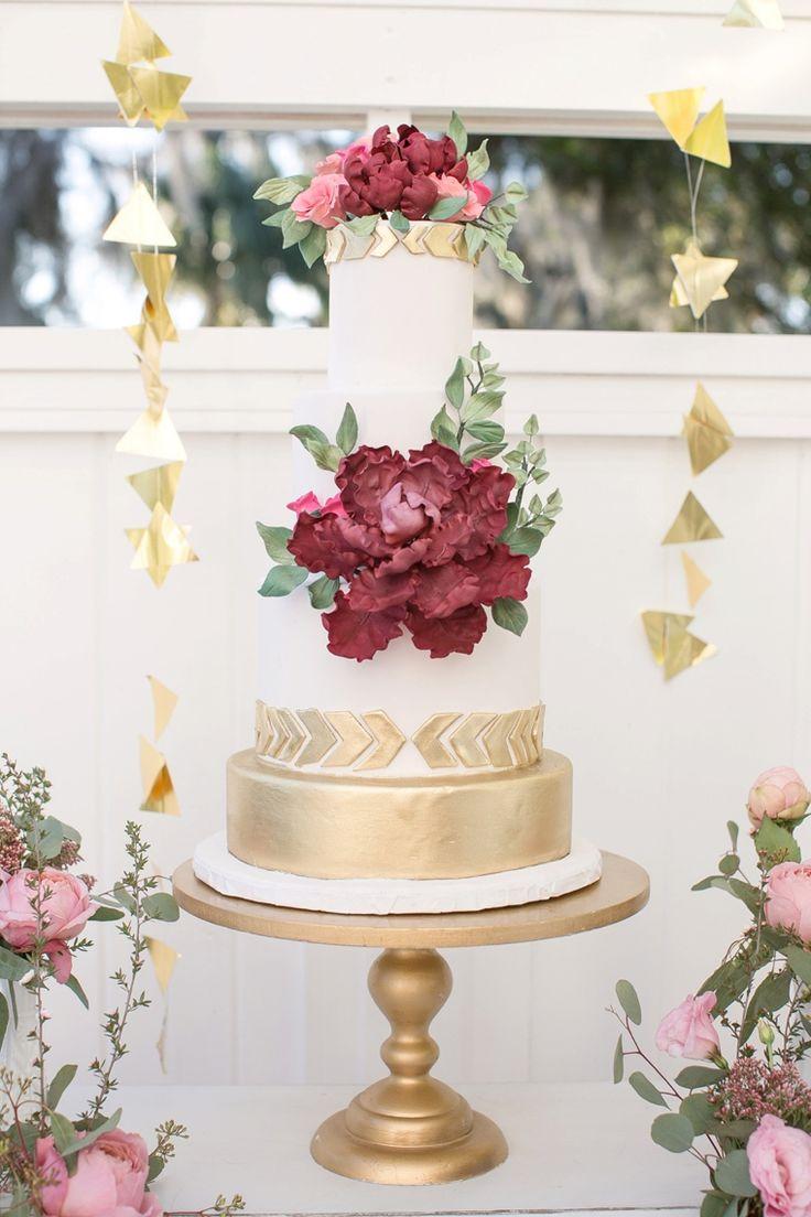 Pastel romantico cubierto de fondant con toques metalizados. 25 Imágenes de Pasteles de Boda Originales e Irresistibles