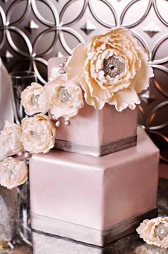 Pasteles de boda cubierto de fondant en lila y plateado