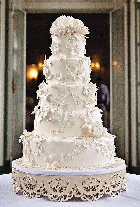 Pasteles de bodas en blanco con detalles en blanco y peonies