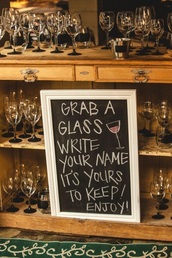 """Recuerdos de boda utiles """"Agarra una copa, escribe tu nombre, es tuya, ¡disfruta!"""""""