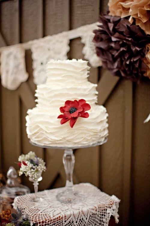 Sencilla tarta de boda en blanco con volados