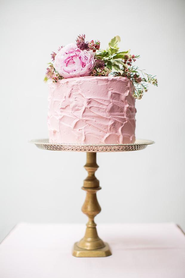 Provocativo y sencillo pastel de boda con peonies. 25 Imágenes de Pasteles de Boda Originales e Irresistibles