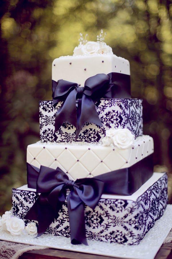 Tarta cuadrada de boda con detalles en morado y blanco