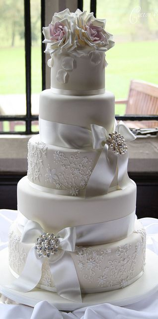 Tarta de boda elegante con lazos