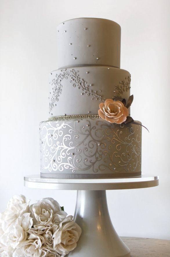 Tarta de boda en gris con toques de coral que juega con los detalles del fondant