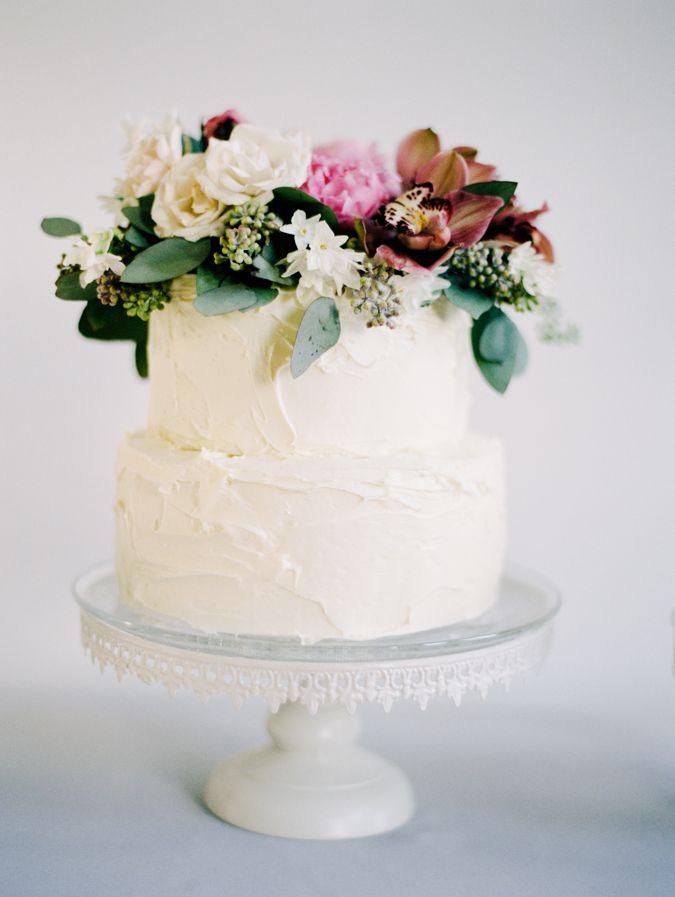 La sencillez también crea tartas originales. Una tarta de boda sencilla con textura y flores naturales
