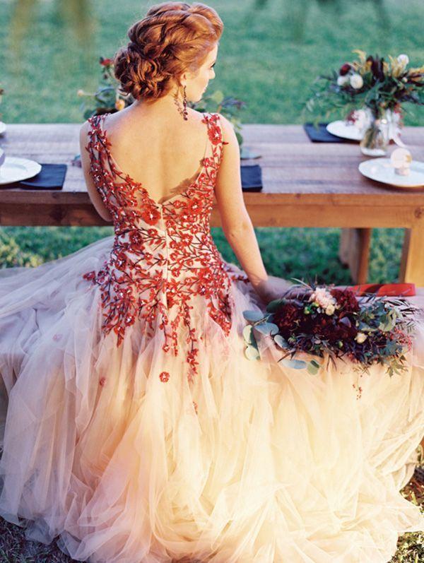 Vestido de novia con bordados en marsala muy delicado en pedreria y lleno de color