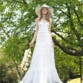 Vestido de novia estilo bohemio con capelina con flores de Yolan Cris - Faina