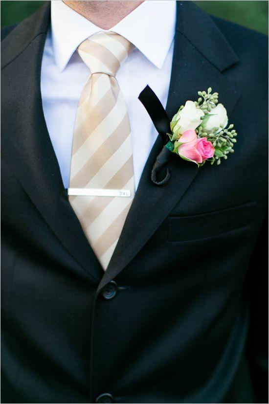 Para un estilo relajado y divertido, el novio podrá utilizar colores claros y una trama en su corbata, así como una flor colorida. The Wedding Chicks. Foto de Elisabeth Carol Photography