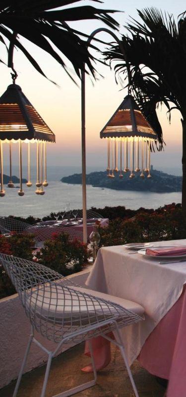 Bodas en Playas de Mexico en Las Brisas Acapulco un hotel en rosa y blanco en las colinas sobre la Bahia de Acapulco