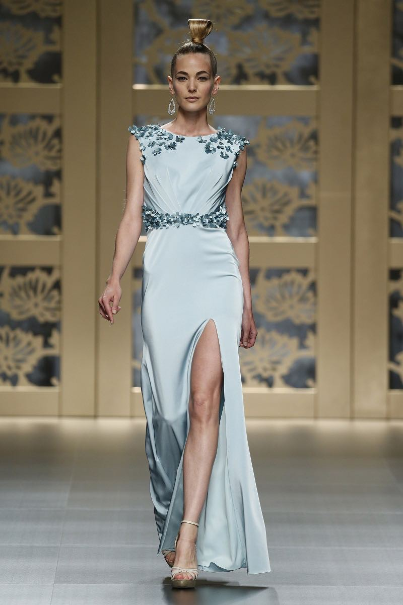 Carla Ruiz - Bordado de flores sobre una tela suelta inspiracion para una boda en verano
