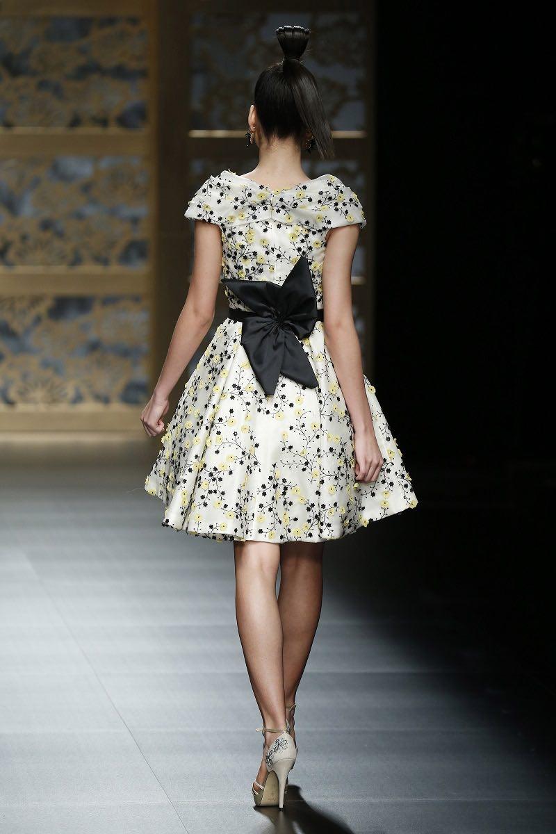 Carla Ruiz presenta un hermoso modelo de vestido para una boda civil
