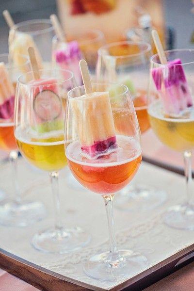 Espectaculares aguas frescas y paletas de hielo frutales en copas de cristal para tu boda.