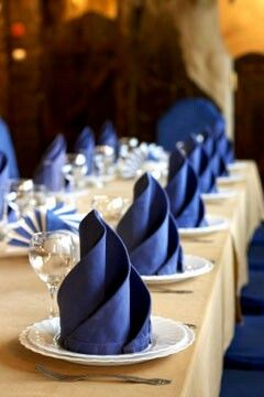 Como agregar pinceladas de color a tu boda azul: Servilletas en azul para la decoración de las mesas