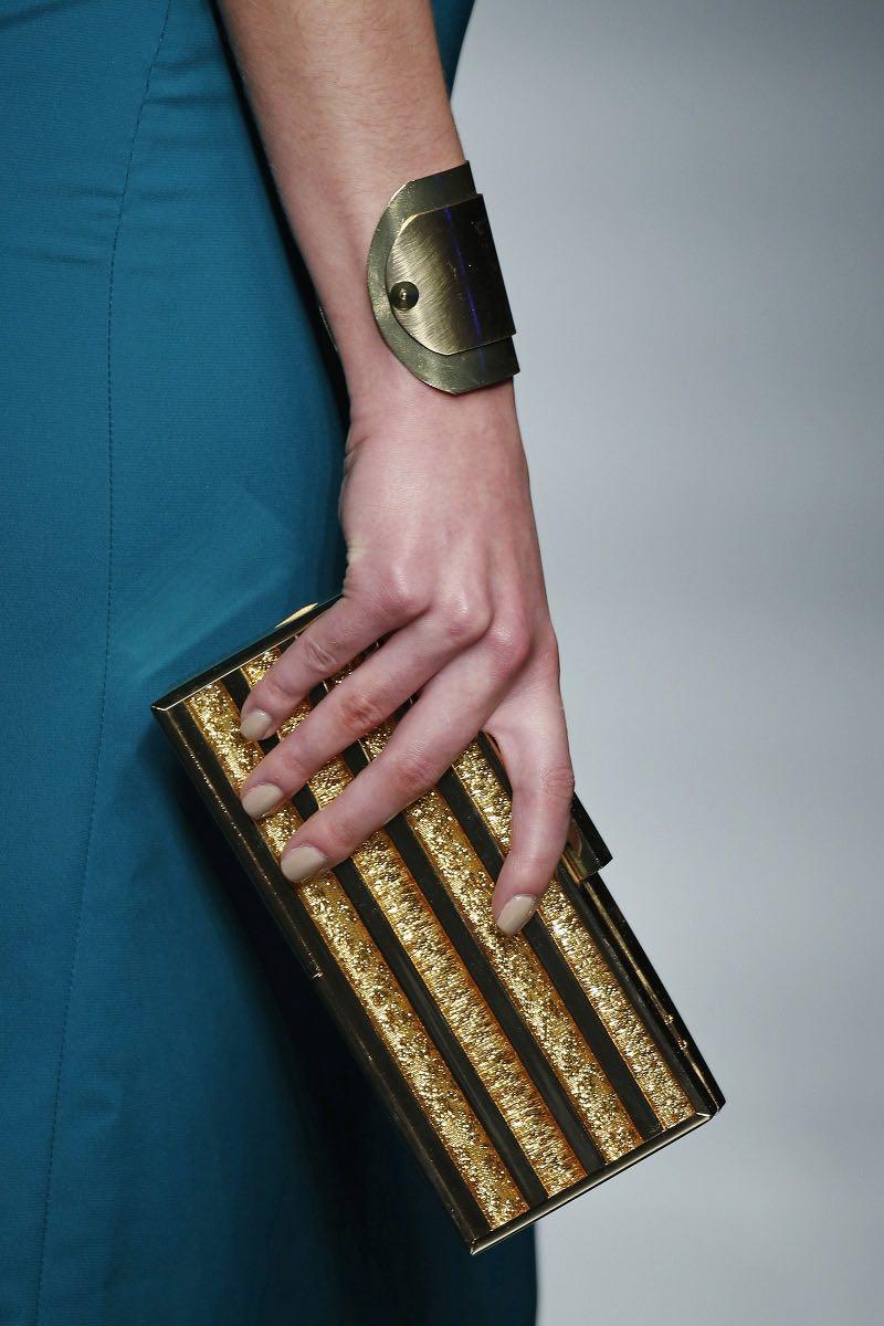 Complemento para bodas en dorado para exhibir elegancia de Carla Ruiz