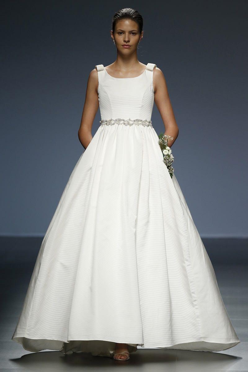 Cristina Tamborero - Sobrio Corte Princesa con detalles exactos en cinturas y hombros