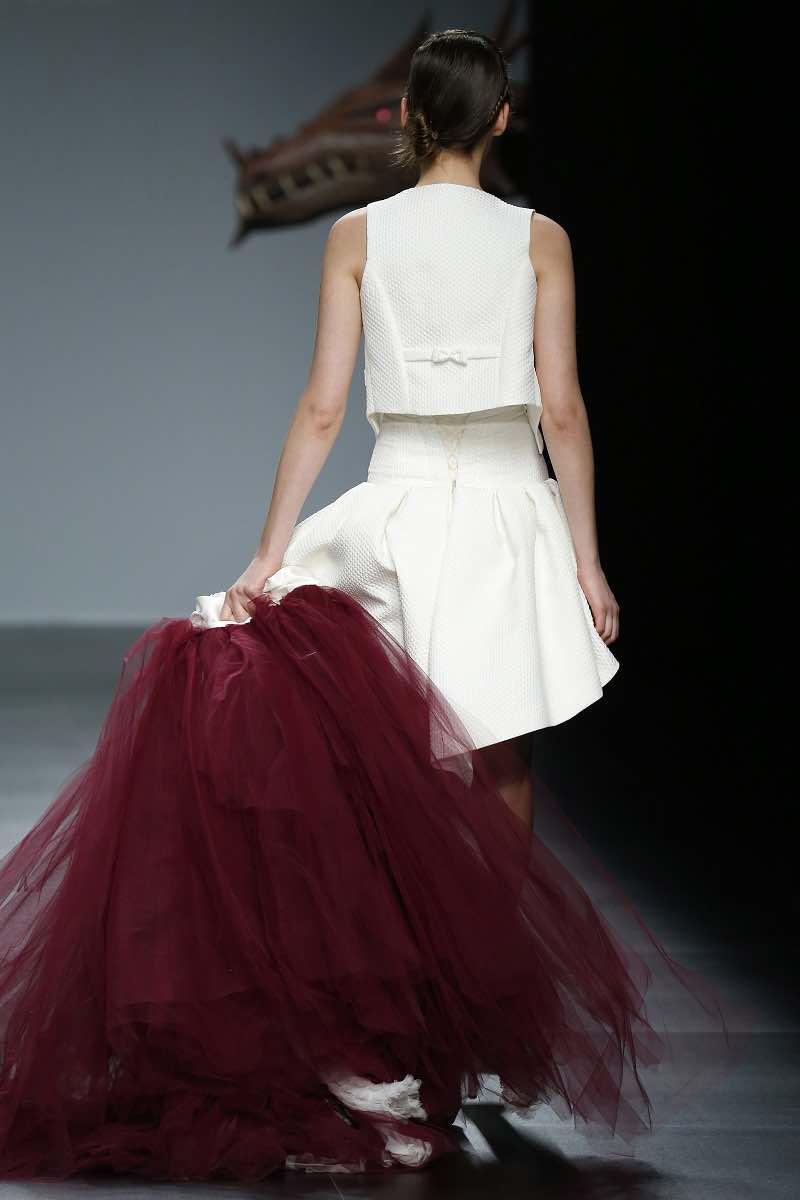 El mismo imponente traje se transforma en un vestido de novia corto para la fiesta de bodas - Por el fabuloso diseñador Jordi Dalmau